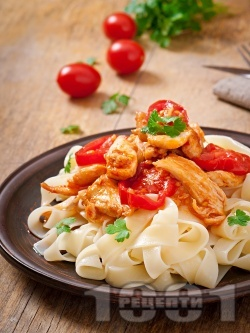 Паста папарделе (или спагети) с бяло пилешко месо и доматен сос - снимка на рецептата